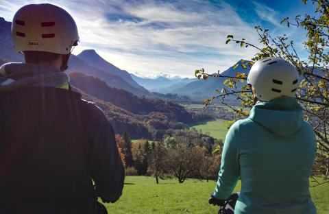 Zwei Segway Fahrer im Herbst nit Aussicht auf Nußdorf am Inn