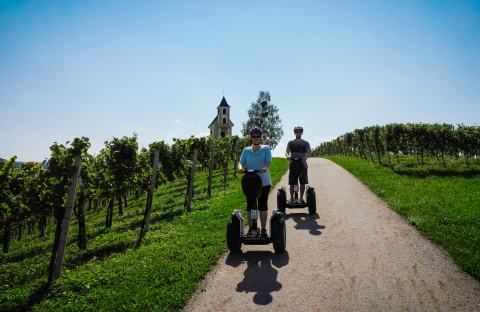 Segway Fahrer fahrend an der Hochzeitskirche in Leutschach
