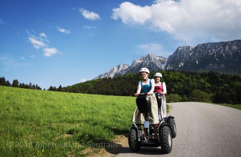 Segway Fahrerinnen mit bayerischer Tracht am zahmen Kaiser in Tirol