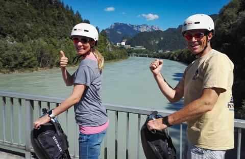 Zwei Segway Fahrer auf der Innbrücke bei Kufstein und im Hintergrund die Festung von Kufstein