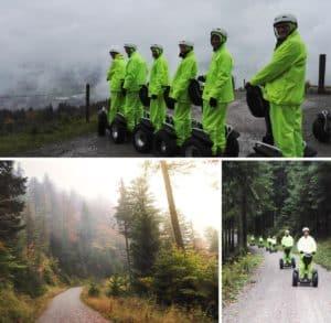 Segway Fahrer mit gelber Regenbekleidung