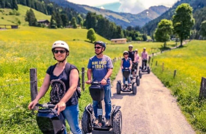 Gruppe Segway Fahrer auf Feldweg