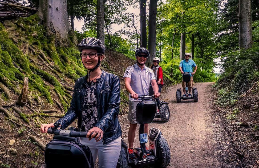 Lustige Segway Fahrer im Wald