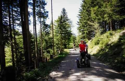 Offroad Segway Fahrer im Wald