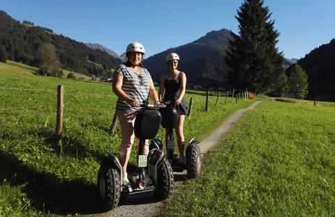 Zwei Segway Fahrer im Abendlicht der Kitzbüheler Alpen