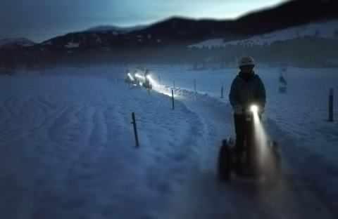 Segway Fahrer im Dunkeln mit LED Lampe