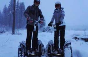 Zwei Segway Fahrer dick verschneit