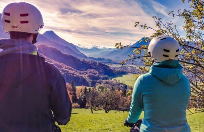 zwei Segway Fahrer sehen in die verschneiten Tiroler Berge