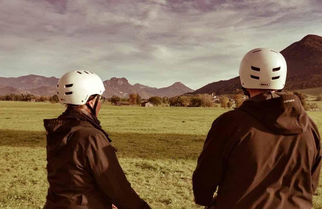 zwei Segway Fahrer in Bad Feilnbach und blicken in die Berge