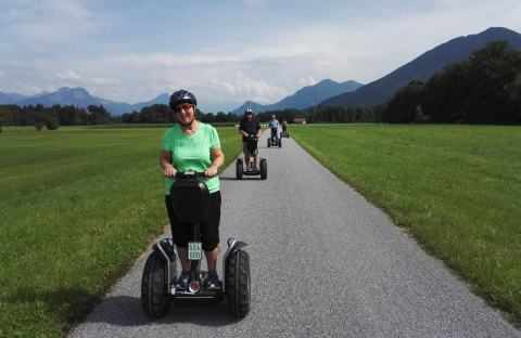 grüne Segway Fahrerin in Bad Feilnbach