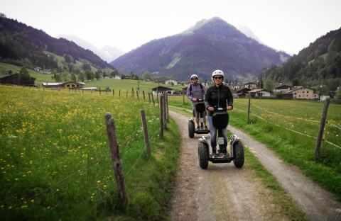 Zwei Segway Fahrer auf Feldweg in Richtung Kasplatzl in Kirchberg Tirol