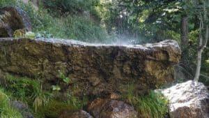 Wassertropfen auf Stein am Wasserfall