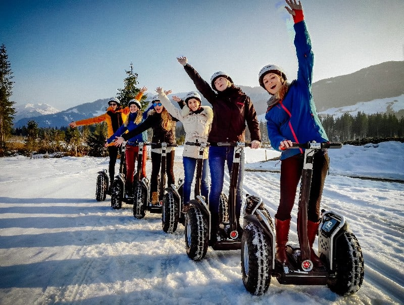 Maedchen Ausflug mit Segway im Schnee in Westendorf