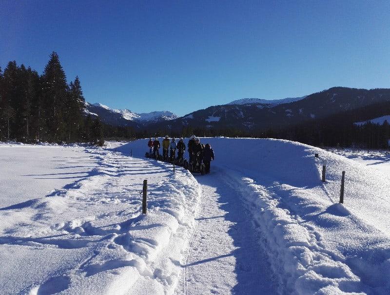 tief verschneit und eine Gruppe Segway Fahrer