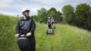 Segway Fahrer im hohen Gras