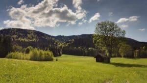 Frühling mit Wolken,Sonne, eine kleine Hütte im Leitzachtal
