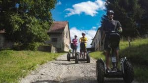 drei Segway Fahrer auf grobem Schotterweg in Slowenien