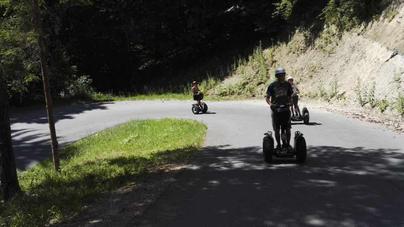 Segway Fahrer in Kurve bergauf