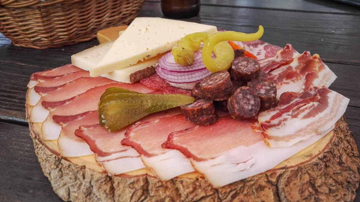 Brotzeitteller mit selbstgemachten Käse und Speck