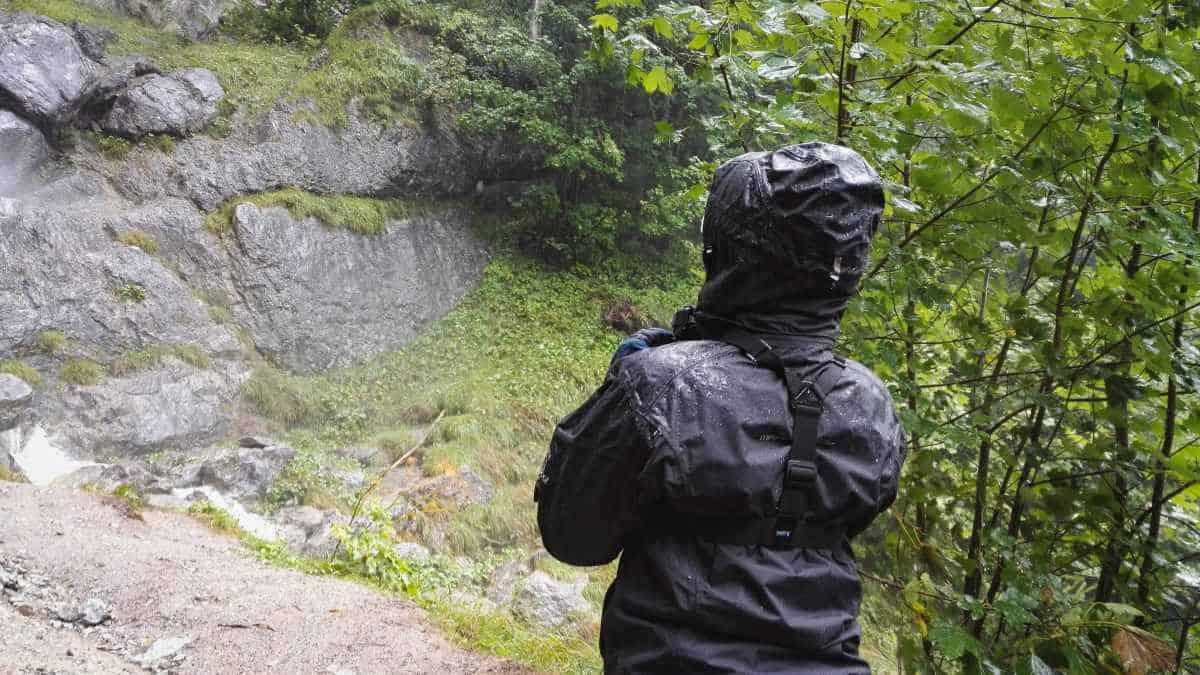 Nasse Regenjacke am Wasserfall