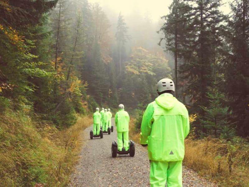 Nebel im Herbstwald und Segway Fahrer