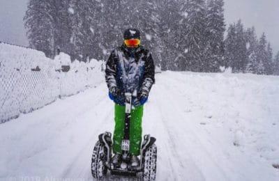 Segway Fahrer bei dichtem Schneetreiben