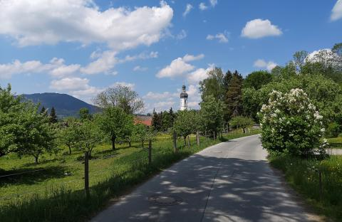 Kirche von Elbach im Frühling