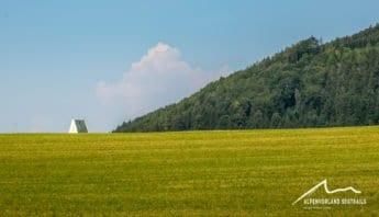 Feld vor Kirchturm in Roßholzen