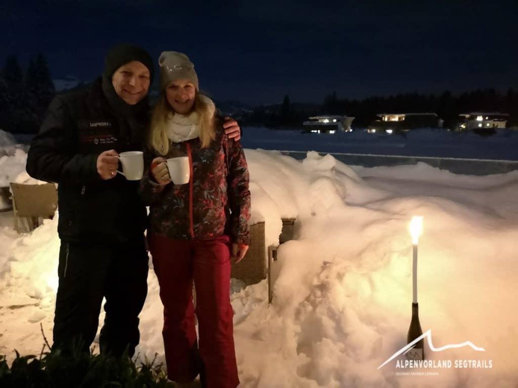 Zwei Gäste mit Glühwein und bei Kerzenlicht