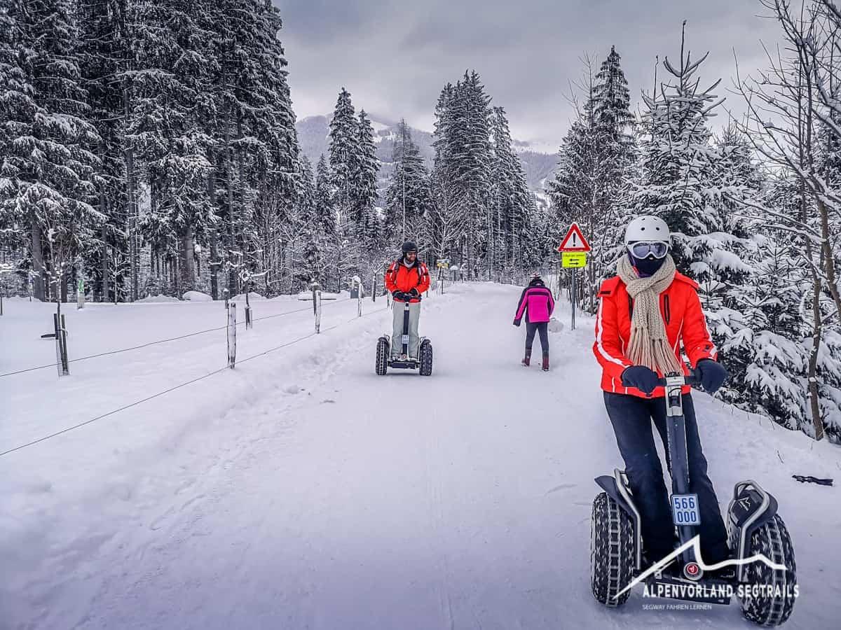 Slalom mit Segway auf verschneiter Straße