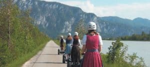 Segway Fahrer in Tracht